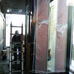 まだまだ現場は埃っぽいので、しっかり養生します。JPタワー積層ガラス(C)Atelier Vis-à-Vis