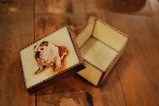 モティーフ:E.Bulldog KAEDE 一部:t1.5 銅板 刻印入り 横10cm×縦8cm×高さ5.5cm Full custom made system Stained Glass Box : DOMUCA Design No.1