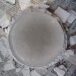 石膏を割ります。