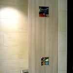ステンドグラスをトイレや洗面室の間仕切りに使用すると、目隠しとともに圧迫感の軽減効果があります。