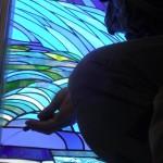 《小出邸 ゴッホ・糸杉のステンドグラス》 シリコンをコーキングベラで切る。  息を止めて・・・ 神経を使います