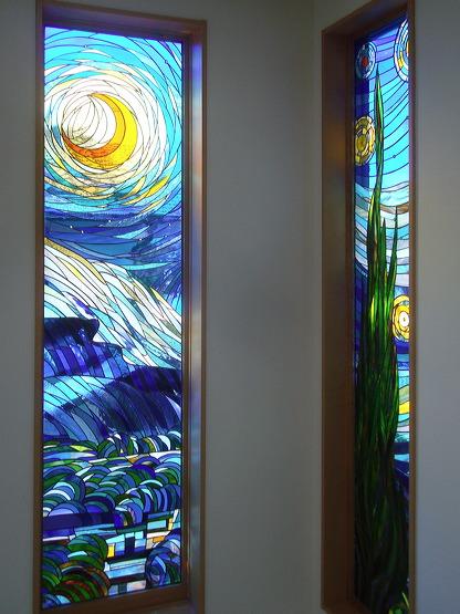 《小出邸 ゴッホ・糸杉のステンドグラス》2階の廊下から見たステンドグラス