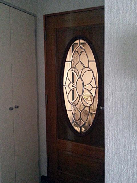 修理したステンドグラスをドアにはめ込み、取り付けました。