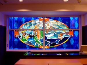 8階建てのビルの2F〜7Fまでの窓にステンドグラスを取付ました。 デザイン: 細川 篤 氏・2階:視覚(sight) w2850 h1361