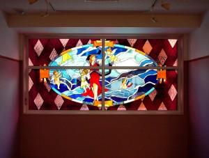 8階建てのビルの2F〜7Fまでの窓にステンドグラスを取付ました。 デザイン: 細川 篤 氏・3階:磁力 (Magnetism) w2850 h1397