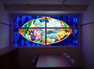8階建てのビルの2F〜7Fまでの窓にステンドグラスを取付ました。 デザイン: 細川 篤 氏・4階:希望 (Hope) w2850 h1397