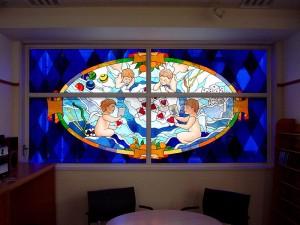 8階建てのビルの2F〜7Fまでの窓にステンドグラスを取付ました。 デザイン: 細川 篤 氏・5階:遊び (Play) w2850 h1397