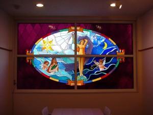 8階建てのビルの2F〜7Fまでの窓にステンドグラスを取付ました。 デザイン: 細川 篤 氏・7階:真理 (Truth) w2850 h1648