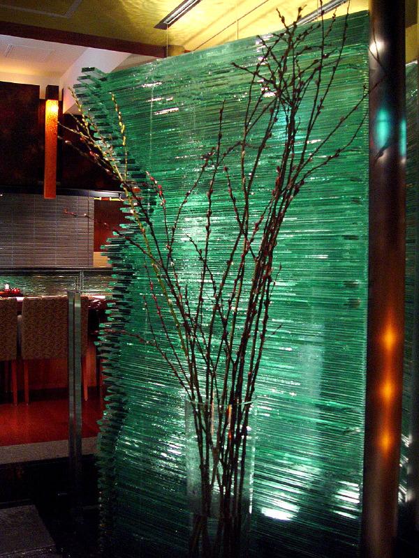 積層ガラスの滝をFL8mmで制作しました。サイズ:w1800 × h2250 × d80(mm)変形