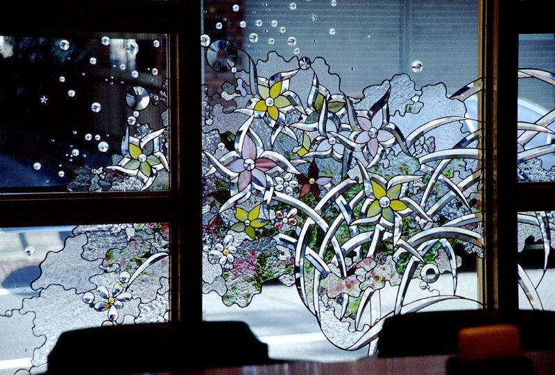 西洋料理店のファサードに取り付けられたステンドグラス。 サイズ:W1800 x H1800 煌めくガラスが外部からの視線を遮る効果を十分発揮しています。