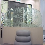 ステンドグラスを引き立てるよう、ソファーの衝立は、 ステンドグラスと同じ木蓮のデザインで、 エッチンググラスを制作し、落ち着いた雰囲気を出しました。03