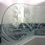 ステンドグラスを引き立てるよう、ソファーの衝立は、 ステンドグラスと同じ木蓮のデザインで、 エッチンググラスを制作し、落ち着いた雰囲気を出しました。05