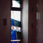 2階の渡り通路、2箇所にステンドグラスを設置。