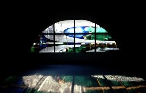 2階のデイサービスルームには半円の中にデザインしたステンドグラスを2箇所に設置。クリアのシーディーを使用して、外光を多く取り入れ明るい空間を作っています。