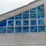 横浜市北部地域療育センターの外観です。オパールセントグラスを使用しているので昼間でも外から絵柄がはっきり見えます。