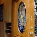 新規の木製ドアはカナダのもので、エッチンググラスが既存で取り付けられていました。 しかし、そのままでは、家の中が丸見えになる状態。 そこで、様々なテクスチャーのあるガラスを使用したステンドグラスを提案いたしました。