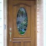 外から見た玄関ドアのステンドグラス。昼間、外から中は見えません。