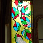 既存・交換前の New Stained 制作者は不明。 New Stained とは: ガラスに樹脂塗料を塗っているだけなので 直射日光の熱、紫外線の影響で 4〜5年程度で 着色樹脂層が剥がれてしまうケースが多いです。