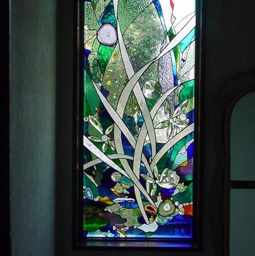 8ミリ厚のガラスを使用した面取りガラス、人工宝石等を多用しました。 クリアのガラスのテクスチャーを変えることで、プライバシーを守りつつ 外の景色も感じられる明るい空間を作りました。 アンティークグラスのグラデーションやフラクチャーグラスも 華やかさを添えています。