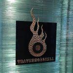 積層ガラス間のスタッドボルトに取り付けられたサイン